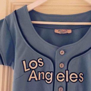Världens snyggaste klänning i baseball modell, köpt i USA. Så sjukt fin och orginell! En riktig pärla! Kan även användas uppknäppt som en jacka. Har precis sänkt priset så passa på! ✨ kolla gärna in mina andra annonser!