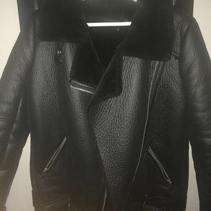 Varmare bikerjacka från Zara. Fint skick, det enda som är sönder är den man hänger upp jackan på - men därav ett väldigt bra pris för en fin jacka. Frakt tillkommer!