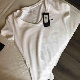 Helt ny Tommy Hilfiger t-shirt, perfekt att ge bort som julklapp.