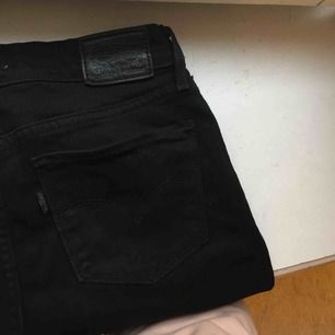 Superfina bootcut/flare/utsvängda stretchjeans från Levi's. Sparsamt använda, så i väldigt fint skick! Köpta för över 1000 kr, säljes för 199 kr! ✨
