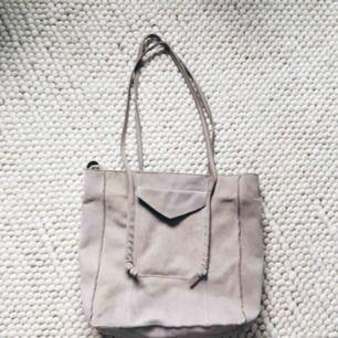 Beige väska i äkta mocka från Zara
