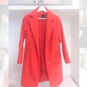 Jättefin röd kappa från Missguided! Köpt för 795 kr. Färgen är lite klarare i verkligheten så en väldigt härlig färg!