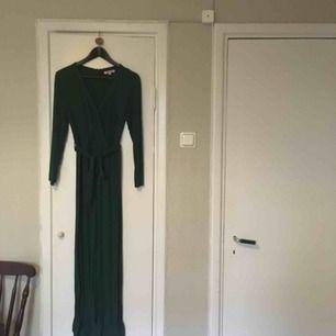 OBS ej rättvis bild på färgen! Snygg mörkgrön jumpsuit från indiska! Krympt i tvätten så väldigt liten i storleken! Utsvängda ben och armar med slits! Super bekväm! Priset kan diskuteras vid snabb affär! Köparen står för frakten!