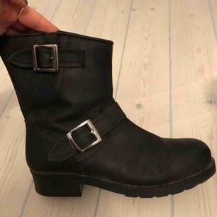 Svarta boots från Johnny Bulls i storlek 39. Svart skinn. Använda max 10 ggr. Kan mötas upp i centrala Stockholm.