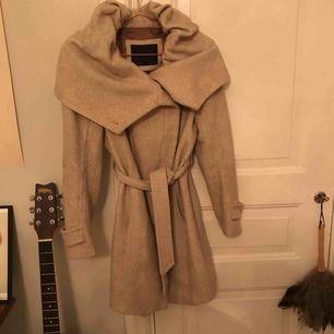 Beige kappa från Zara. Max använd 5 ggr så är i fint skick. Storlek M