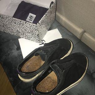 Säljer mina svarta mocka sneakers från Eytys. Man ser att dem är använda men därav priset, nypris 1.700 kr. Frakt tillkommer!