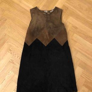 Klänning i äkta mocka från H&M, foder i polyester. Stl S.