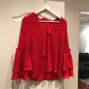 Jättefin blus i härlig röd färg perfekt till jul 🎅🏽