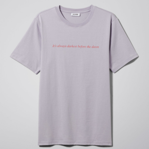 Ljuslila T-shirt från Weekday i storlek S! 🌼 Bild två är lite suddig och är mest där för att visa hur den ser ut på 🌼  Frakt på 30 kr tillkommer 🌼