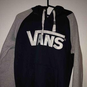 Fake Vans-hoodie men väldigt lik äkta. Aldrig använd. Köpt i Bulgarien för 500 kr.