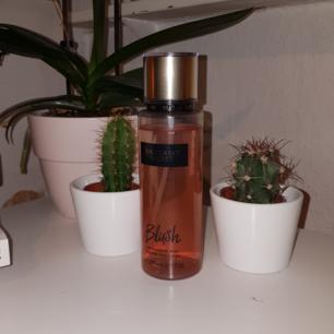 Victoria's Secret body mist! Den är i princip oanvänd och luktar supergott och blommigt!  100 kr inklusive frakt 🌸