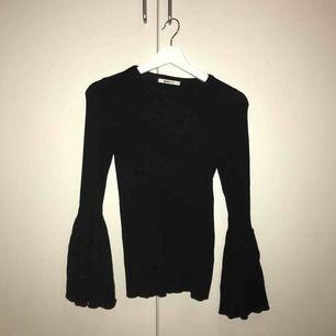 Ribbad snygg tröja med vida armar från Gina tricot. Stl s