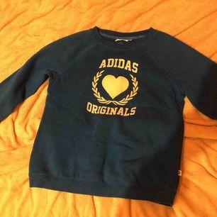 Adidas Originals tröja, knappt använd & i jättebra skick!! Strl 40 motsvarar M men passar även S. Frakt tillkommer