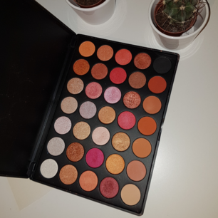 Eyeshadow palette mix 6 från Smashit Cosmetics! Den här är en mix av matta och glittriga ögonskuggor, och är också swatchad men annars oanvänd 🌸