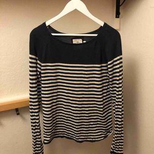 H&M L.O.G.G. Skön långärmad t-shirt som är relativt välanvänd under 5 år, svaga svettfläckar under armarna.