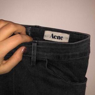 Väl använda ACNE byxor, svarta med dragkedja bak Stretch finns!