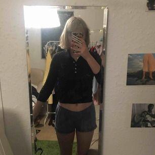 Mörkgrön och skön tröja från Zara Knit. Har ett litet hål i ena armhålan (se bild 2) som nog är lätt att sy. Frakt tillkommer. Pris kan diskuteras 💕