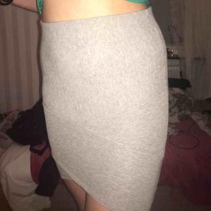 Väldigt fin och figursydd kjol, man kan välja lite själv hur kort eller lång man vill ha den beroende på hur man vill att den ska sitta. Prislappen kvar alltså aldrig använd :)