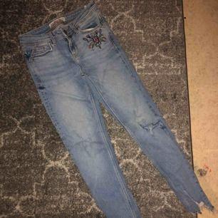 Supersnygga skinny jeans från Zara i spanien, tyvärr för små så kan inte visa upp dom på❄️  OBS. Rabatt vid köp av 2 varor elr mer