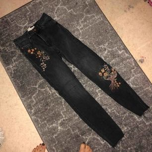 Logg jeans från hm med high waist, säljes pga för små❄️   OBS Rabatt vid köp av 2 elr fler varor