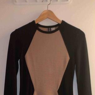Jättefin klänning, perfekt för jul, nyår & fest! Svart & beige klänning från H&M, divided storlek 34!  Använd 1 gång, inköpt för något år sen. Köpare står för frakt, möts upp i Stockholm!