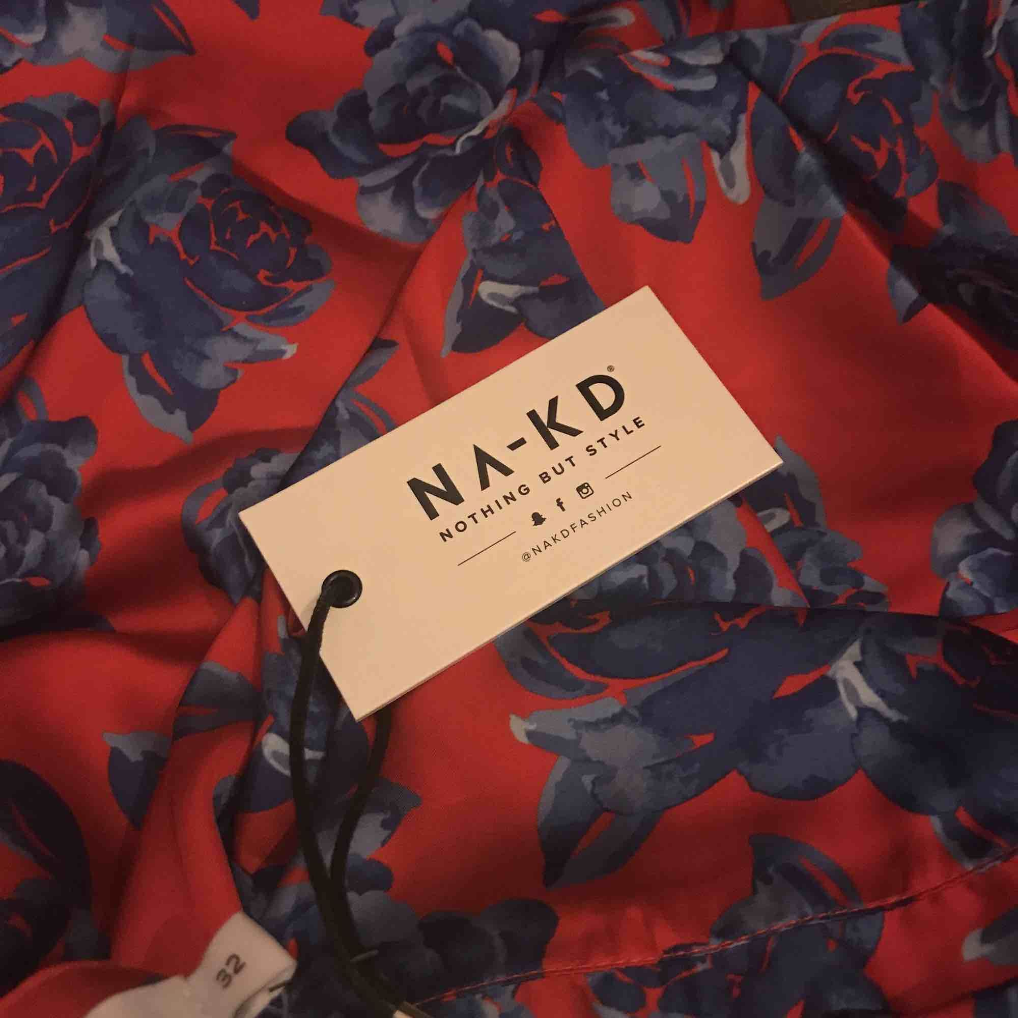 Fina kostymbyxor från nakd i blommönster.. Jeans & Byxor.