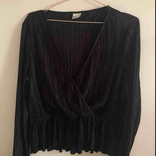 Säljer även denna tröja som man kan använda till de plisserade byxorna som ett set. Den är i storlek L men skulle säga att den passar från 36-40 då även den är stretchig.
