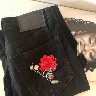 Säljer dessa snygga jeans med detaljer i form av blommor på ben och fickor. Det är tighta byxor med stretch som går till anklarna på mig som är 176. Supersnygga med bara en basictopp!