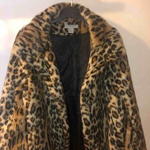 Leopardmönstrad jacka från h&m, stl 38, använd max10gg  Tar swish, frakt ligger på 105kr