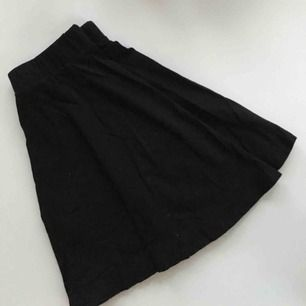 Svart kjol i stretchtyg från H&M i nyskick. Be om fler bilder, tar swish ;)
