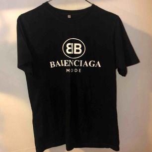 Balenciaga tshirt kopia, passar xs-l, använd max 5gg  Tar swish, frakt ligger på 40kr