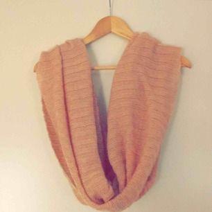 Rosa halsduk, perfekt nu till vintern. Frakt tillkommer om den ska skickas.