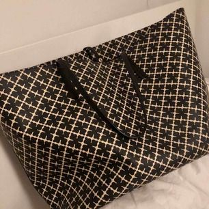 Stor Marlene Birger väska beige, fint skick - lite damm och så i som ja naturligtvis tar bort :) de är den största storleken på den väskan, tror den kostade 2600 ny! Ungefär ett år gammal, men inte använd så ofta. Säljer pga köpt en ny.