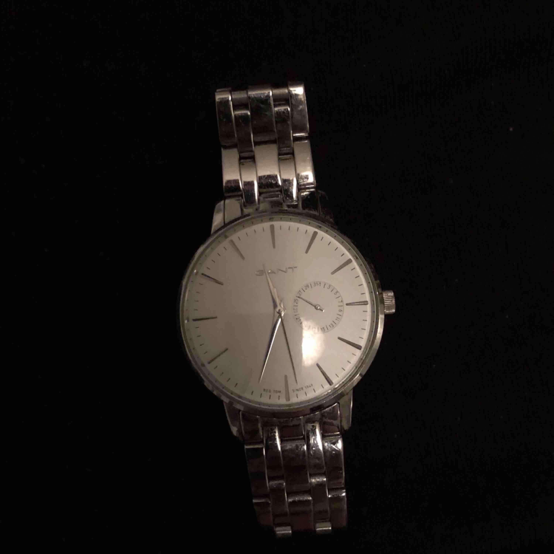 Jättefin klocka från gant, användt skick. Du står för frakten. Kostade 2600 ny. :) finns en länk för att göra klockan större - ask följer med.. Accessoarer.
