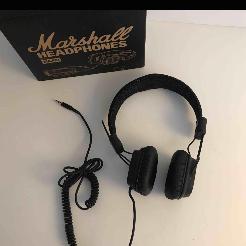 Fina Marshall hörlurar, säljer pga kommer ej till användning :) du står för frakt.. Accessoarer.