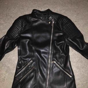Från H&M. Fake läder. Använd några gånger och överraskande bra kvalité. Dragkedjor som detalj på ärmarna och fickor. Fint rött tyg på insidan. Hämtas i Hässelby. Priset kan förhandlas.