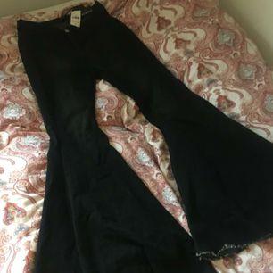 Limited edition fashion nova flare jeans!   Superfina wide leg flares i storlek L, aldrig använda. Frakt är inkluderat i priset.💞  75% Cotton 20% Polyester 5% Spandex Midja: 35cm Innerbenslängd: 83cm  Ytterbenslängd: 105cm.