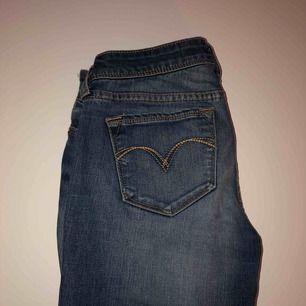 Levi's jeans köpta här på plick, är alldeles för små för mig då jag tog fel på storlek! Modellen är demi curve, lågmidjade. ⭐️