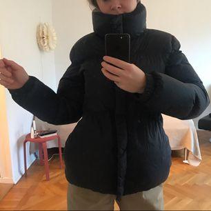 Puffjacka från replay i toppskick! Passar XS/S. Går att dra åt för en markerad midja. ( se bild 1.) Köparen står för frakt, annars finns den att hämta i Göteborg. :)