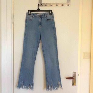 Sjukt balla jeans från Zara. Köpt här på plick, tycker inte att de klär mig 🤔 Lånade bild från damen jag köpt från för att visa hur de ser ut på. På mig som är 165 slutar de nån cm längre ner. Frakt 50kr.