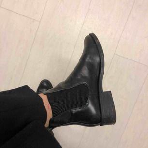 Skor som är använda 2 gånger, säljer pga köpte för liten storlek. Superfint skick.  Ser lite smutsiga ut på ena bilden, men det tar jag givetvis bort. Frakt tillkommer