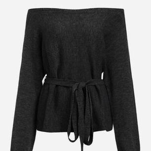 Fin stickad tröja i svart med knytning, sparsamt använd!   Fraktar även!