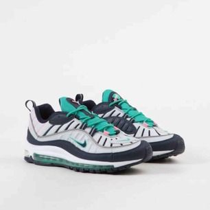 Oanvända Nike Air Max 98 Pure Platinum/Kinetic Green/Sunset Pulse/Obsidian storlek US 9 säljes pga att de tyvärr är för små.  Kan tänka mig att gå ned i pris vid snabb affär.