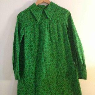 Vintage grön blommig klänning med krage  40/50/60 tal. Köpt på Tradera ett tag sen. Säljes pga trivs inte i klänning men sjukt vackert mönster och murrig.