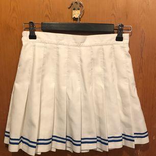 äälskar denna kjol men använder ej pga för stor. Helt fläckfri med lent vitt material och två blåa linjer längs ned, i väldigt bra kvalité! ❤️❤️❤️ PRIS GÅR DISKUTERA!!