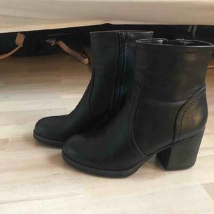 Boots köpta på Deichman, i fejkskinn. Skitsnygga och lätta att gå i (+ljudlösa), tyvärr för små för mig så endast använda ett par gånger.  Möts i Stockholm eller skickas mot fraktkostnad