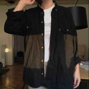 Vintage Levis jeansskjorta, står storlek M men kan både passa mindre och större beroende på hur man vill ha den! Hojta för fler bilder! (Jag på bilden har vanligtvis storlek s)