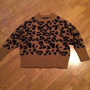 Endast provad leopardtröja i stl L. Frakt tillkommer med 79 kr i postens L påse.
