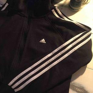Adidias-hoodie med dragkedja. Står strl M på med tycker den är mer som en S.