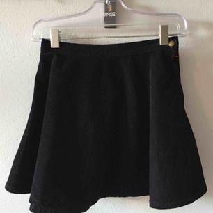 Manchesterkjol i svart, strl medium. Använd men i fint skick!